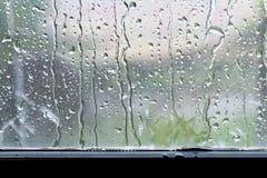 Bakgrundsregndroppe på nytt fönsterexponeringsglas royaltyfria bilder
