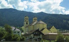Bakgrundssikt av en härlig kristen kyrka i en by i Tyrol Arkivfoto