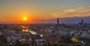 Bakgrundssikt av panoraman av den gamla staden av Florence som förbiser Arno River, Ponten Vecchio Arkivbilder