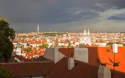 Bakgrundssikt av staden över de röda taken av gamla Prague från den Prague slotten Fotografering för Bildbyråer