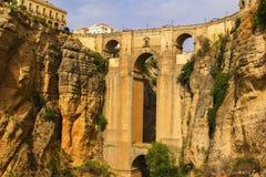 Bakgrundssikten av dalen, vaggar och Ponte Nuevo i Ronda Arkivbild