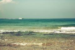 Bakgrundsstrand- och havsvågor, tappningfilter Royaltyfri Bild