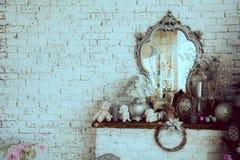 Bakgrundstegelstenvägg med en spegel royaltyfri bild