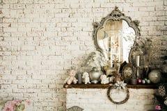 Bakgrundstegelstenvägg med en spegel royaltyfria bilder