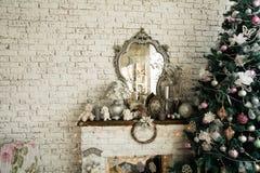 Bakgrundstegelstenvägg med prydlig jul för en spegel fotografering för bildbyråer