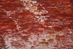 Bakgrundstextur av den gamla tegelstenväggen som täckas med betong Royaltyfri Foto