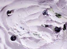 Bakgrundstextur av krämig blåbärglass Arkivfoto