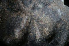 Bakgrundstextur korroderade metall av gammalgrekiskakopparmyntet Toppen makronärbild för grov grained yttersida vid mikroskopet Arkivbild