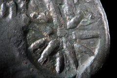 Bakgrundstextur korroderade metall av gammalgrekiskakopparmyntet Toppen makronärbild för grov grained yttersida vid mikroskopet Royaltyfri Bild
