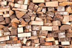 Bakgrundstexturen av en stor hög av trä close upp arkivfoto