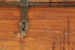 Bakgrundstexturfoto av den lantliga red ut träasken med mött Arkivfoto