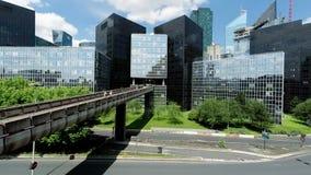 bakgrundsvägframgång till modern cityscape arkivfilmer