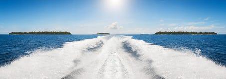 Bakgrundsvattenyttersida bakom av det snabba rörande motoriska fartyget i retro stil för tappning royaltyfri fotografi