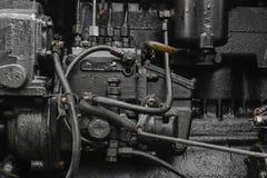 Bakgrundsyttersida av den gamla, svarta och oljiga maskinmotorn arkivfoton
