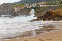 BAKIO, ESPANHA - 4 DE JULHO DE 2016: Turistas desconhecidos em uma praia Imagens de Stock Royalty Free