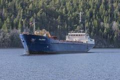 Bakke-Hafen Ankünfte Millivolts Falknes, zum des Kieses zu laden Lizenzfreies Stockfoto