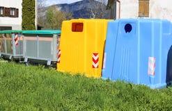 bakken voor papierafvalinzameling en containers voor niet -niet-recyclabl Stock Foto