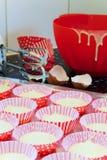Bakkende buitensporige cakes Stock Fotografie