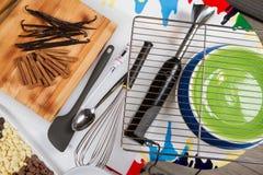 Bakkerij en het Koken Hulpmiddelen De platen van de kleur Hoogste mening Witte lijst stock afbeelding