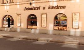 Bakkerij en koffie storefront bij zonsondergang in Ceske Budejovice, Tsjechische Republiek stock afbeelding