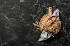 Bakkerij - rond brood van rustiek brood op zwarte achtergrond stock afbeeldingen