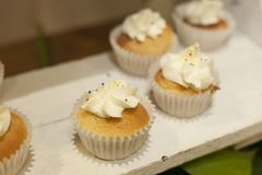 bakkerij Voorraad van Muffins met room worden behandeld die Royalty-vrije Stock Foto's