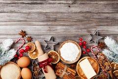 Bakkerijachtergrond met ingrediënten voor het koken Kerstmisbaksel met spar worden verfraaid die Bloem, bruine suiker, eieren en  royalty-vrije stock afbeelding