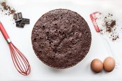Bakkerijingrediënten - bloem, eieren, cacao, chocolade op witte lijst Het zoete concept van het gebakjebaksel Vlak leg, kopieer r Stock Foto