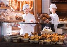 Bakkerijpersoneel die brood aanbieden Stock Foto