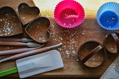 Bakkerijwerktuigen Bakseluitrusting Reeks hulpmiddelen om te koken Hoogste mening De achtergrond van het exemplaar Ruimtevoedsel stock foto