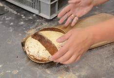 Bakkers die met de hand gemaakte broden van brood in een familiebakkerij maken die het deeg vormen in tradionalvormen in Sofia, B Stock Afbeeldingen