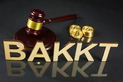 Bakkt avec des pièces de monnaie de marteau et de bitcoin images libres de droits