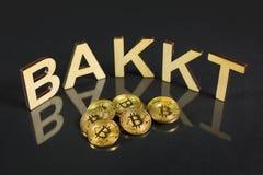 Bakkt met Bitcoin-muntstukken stock foto