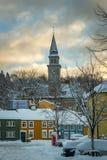 Baklandet gata under snö Vintertid i Trondheim, Norge royaltyfri fotografi