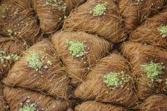 Baklava árabe tradicional del postre con la miel y los pistachos imagenes de archivo