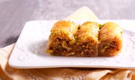 Baklava με τα φυστίκια και μέλι στο πιάτο Στοκ φωτογραφία με δικαίωμα ελεύθερης χρήσης