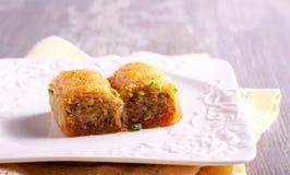 Baklava με τα φυστίκια και μέλι στο πιάτο Στοκ Εικόνα