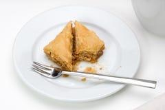 Baklava στο άσπρο πιάτο στοκ εικόνες με δικαίωμα ελεύθερης χρήσης