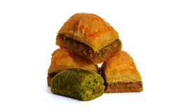 Baklava avec des pistaches, des noix et le miel sur le fond blanc Images libres de droits