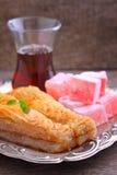 Baklava con las nueces y placer turco con té Fotografía de archivo libre de regalías