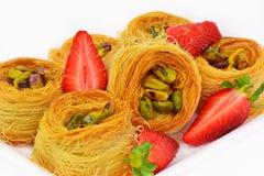 Baklava con las tuercas y la fresa de pistacho Foto de archivo libre de regalías