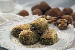 Baklava con le noci ed i pistacchi fotografia stock