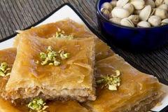 Baklava con un cuenco de pistachos Imágenes de archivo libres de regalías