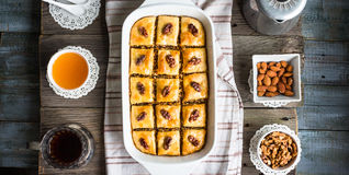 Baklava dolce con miele ed i dadi, turco rustico e tradizionale d Fotografia Stock Libera da Diritti
