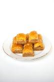 Baklava dulce en la placa aislada en el fondo blanco foto de archivo