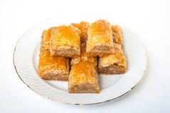 Baklava dulce en la placa en el fondo blanco fotos de archivo libres de regalías