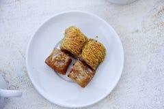 Baklava e dessert greci autentici di Kataifi fotografia stock libera da diritti