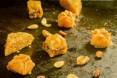 Baklava e mandorle sulla compressa Fotografia Stock
