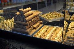 Baklava en andere gebakjes/banketbakkerij voor verkoop bij Turkse Bakkerij in Istanboel, Turkije Stock Fotografie