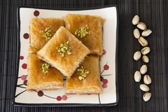 Baklava en una placa con los pistachos Foto de archivo libre de regalías